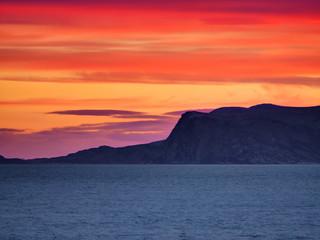 Coucher de soleil entre fjord et mer, mer de Barren, Norvège