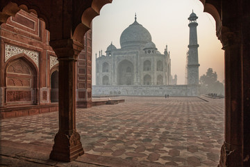 Taj mahal just after sunrise. It can barely be seen due to the high air polution in the Agra area Fototapete