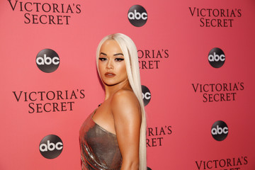 Rita Ora arrives on the pink carpet of the 2018 Victoria's Secret Fashion Show at Pier 94