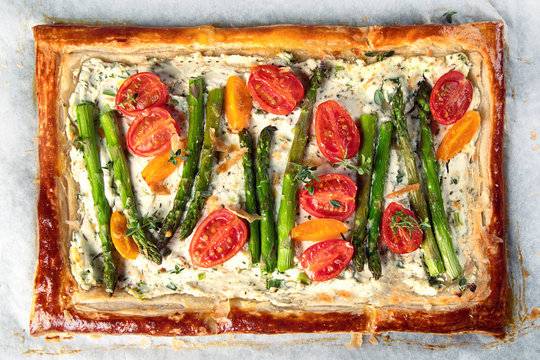 Tart with asparagus and tomatoes