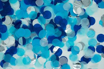 Hintergrund aus blauem Konfetti in nahaufnahme