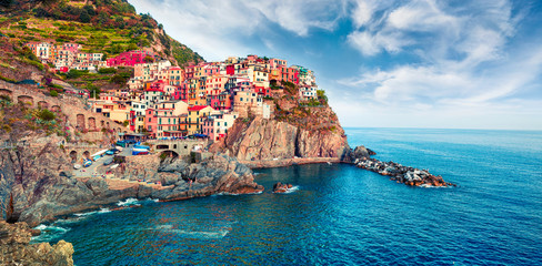 Poster Ligurie Second city of the Cique Terre sequence of hill cities - Manarola. Colorful spring morning in Liguria, Italy, Europe. Picturesqie seascape of Mediterranean sea. Traveling concept background.