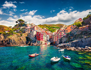 Foto auf AluDibond Ligurien First city of the Cique Terre sequence of hill cities - Riomaggiore. Colorful morning view of Liguria, Italy, Europe. Great spring seascape of Mediterranean sea. Traveling concept background.