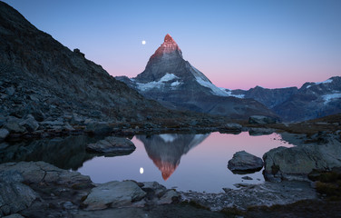 Fotomurales - The first sunlight shining on the famous Matterhorn during dawn at the Riffelsee.