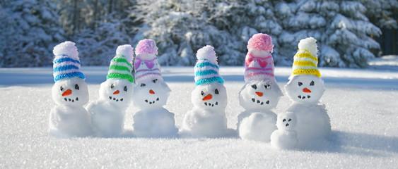Schneemann Familie im Winterwald