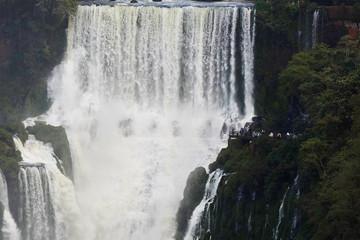Besucherplattform seitlich am Bossetti Wasserfall an den Iguaçu Wasserfällen