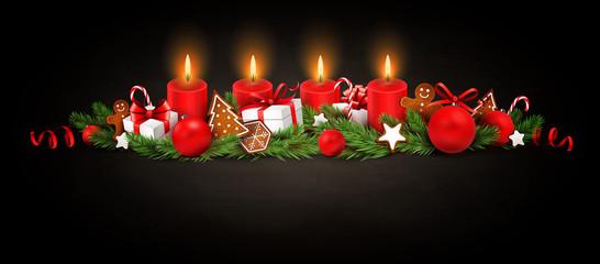 Advent Dekoration mit Kerzen, Tannenzweigen, Weihnachtskugeln, Geschenken und Lebkuchen