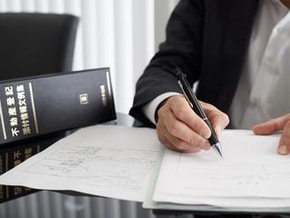 不動産登記の手続きを進める司法書士