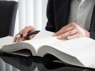 登記について勉強をする司法書士