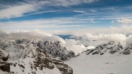 Blick von der Zugspitze in die umliegende Gebirgslandschaft