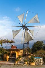 Windmühle zum Wasserpumpen auf der Lasithi-Hochebene, Kreta