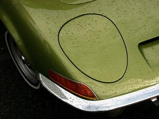 Regentropfen auf der grün metallic schimmernden Karosserie eines deutschen Sportwagen mit Schlafaugen und Regentropfen aus den Siebzigerjahren in Wettenberg Krofdorf-Gleiberg bei Gießen in Hessen