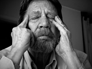 Uomo anziano dolorante, emicrania, cefalea.
