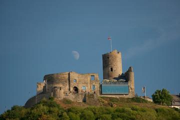 Mond hinter der Burg Bernkastel - Kues