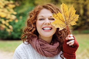 jeune et jolie femme rousse souriant dans nature en automne