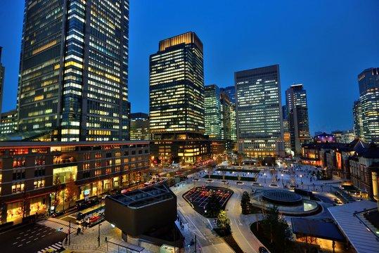 東京駅丸の内側ロータリー夜景