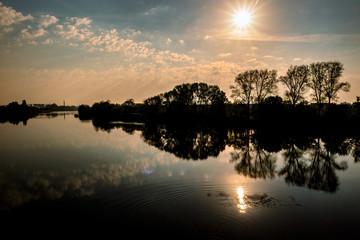 Fluss im Abendrot und untergehender Sonne
