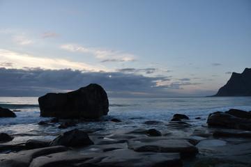 Uttakleiv, Norwegen, Lofoten, Strand, Brandung, Wellen, Gischt, Nordland, Leknes, Dämmerung, Abend, Abenddämmerung, Wolken, Herbst, Stürmisch, Flut, Ebbe