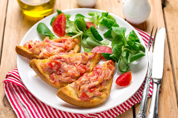 Open sandwich tartine with tomato, ham and cheese