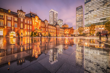 Foto auf Leinwand Bahnhof Tokyo station with reflection in raining day