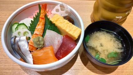 海鮮丼と味噌汁 ランチ 和食 Seafood rice bowl and miso soup lunch Japanese dishes