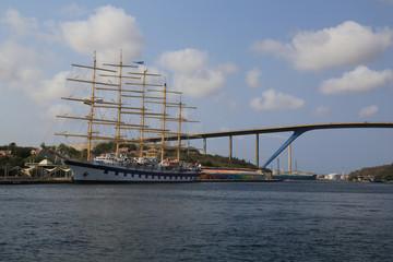 Wunderschönes großes Segelboot