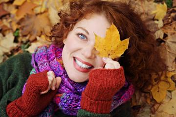 jeune et jolie femme rousse naturelle et souriante dans forêt en automne