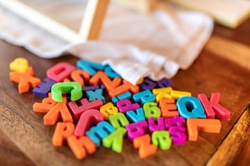 Lettere e caratteri multicolori sparsi su un tavolo