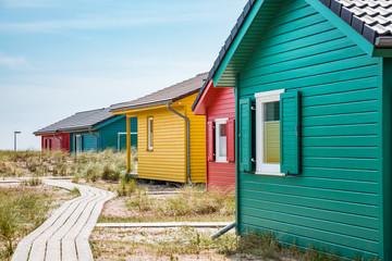 Bunte Holzhäuser mit Fensterläden am Strand