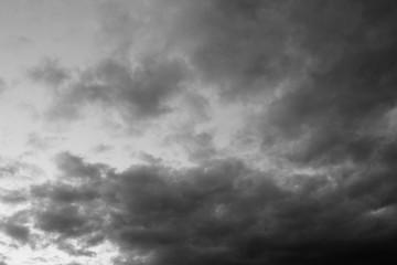 Nubes de tormenta al atardecer blanco y negro