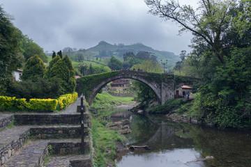 Puente de liérganes y montañas