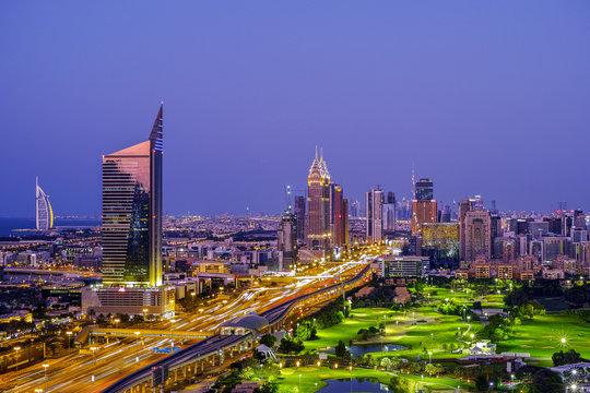 Blaue Stunde in Dubai mit Blick auf der Autobahn