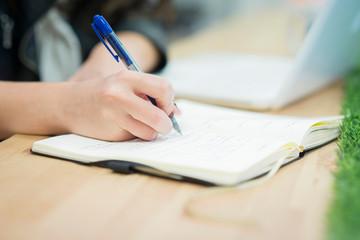 Escribir mensajes y apuntes del trabajo diario y tomar notas sin olvidar de nada en las oficinas