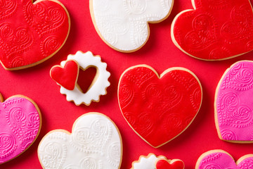 Stores à enrouleur Biscuit Heart-shaped cookies for Valentine's Day on red background. Top view.
