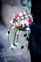 Bouquet di orchidee tenuto in mano da una sposo