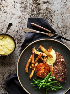 Steak with Bearnaise sauce, beans, grilled tomato and French fries