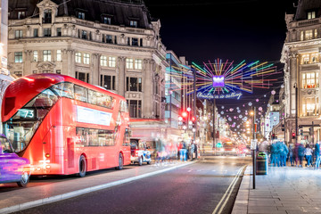 Foto op Aluminium Londen rode bus Oxford street decorated for Christmas
