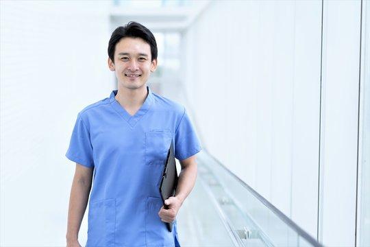 笑う看護師