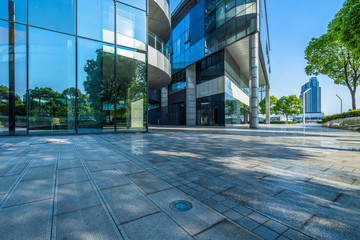 Fotomurales - modern glass building exterior with empty pavement