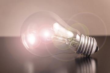 Hell leuchtende Glühbirne mit Reflexen