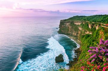 La pose en embrasure Bali View of Uluwatu cliff with pavilion and blue sea in Bali, Indonesia