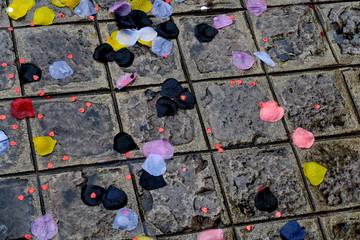 trottoir carrelé mouillé avec confettis