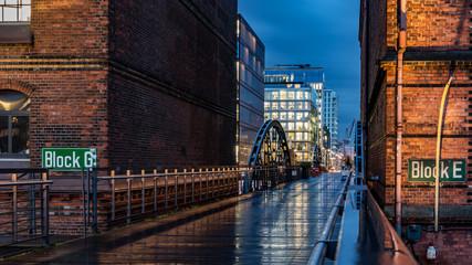Brücke in der Speicherstadt in Hamburg bei Nässe
