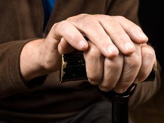 mains posées sur la canne d'une personne âgée