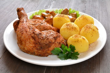 pieczone mięso z kurczaka z ziemniakami i grzybami