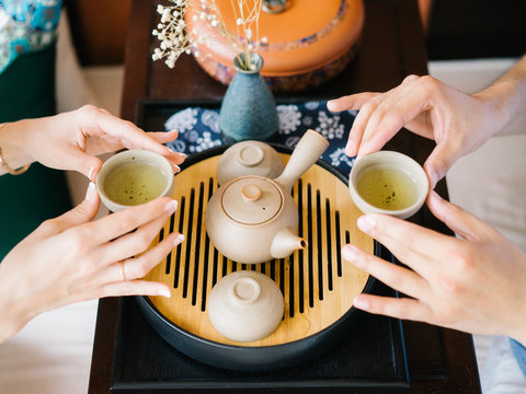 People with tea bowls