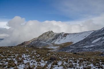 montaña nevada cielo azul, bosque de coníferas, nubes y volcanes, nevado de toluca mexico