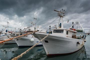Gewitterwolken über dem Hafen von Manfredonia; Apulien