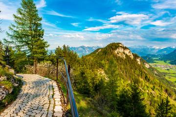 Blick auf die Alpen von einem Aussichtspunkt