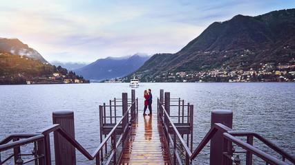 Dos enamorados frente al Lago di Como en Milán